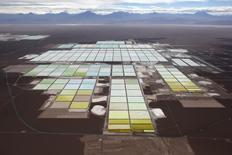Imagen de archivo de unas piscinas de tratamiento y procesamiento de litio de SQM en el desierto de Atacama, Chile, ene 10 2013. La ganancia de la minera chilena SQM habría subido un 10 por ciento interanual en el segundo trimestre, por un mejor desempeño operacional ante menores costos de venta y pese a un leve descenso en los ingresos, mostró el viernes un sondeo de Reuters.      REUTERS/Ivan Alvarado
