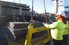 Un trabajador revisa un cargamento de cobre de exportación en el puerto de Valparaíso, Chile, ene 25 2015. El cobre cayó el viernes para sumar su séptimo retroceso  semanal consecutivo, luego de que un débil dato de manufacturas en China provocó alarma en los mercados globales y avivó miedos respecto a una merma en el consumo de metales.   REUTERS/Rodrigo Garrido