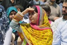 Vencedora do Prêmio Nobel Malala Yousafzai protege os olhos do sol durante visita a uma escola de garotas refugiadas da Síria no Vale do Bekaa, no Líbano. 12/07/2015  REUTERS/Jamal Saidi