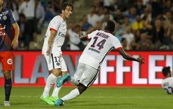 Blaise Matuidi (centro), do Paris St Germain, comemora gol contra o Montpellier, ao lado do colega Thiago Motta, em Montpellier, na França.  21/08/2015 REUTERS/Philippe Laurenson