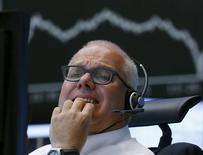 Un operador reacciona en su escritorio frente al tablero DAX, en la Bolsa de Fráncfort, Alemania, 24 de agosto de 2015. Las acciones europeas se desplomaban el lunes tras la caída en picada de los mercados chinos y borraron cientos de miles de millones de euros en valor de mercado, luego de que el índice referencial cayera a su menor nivel en 7 meses. REUTERS/Ralph Orlowski