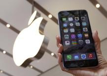 Una mujer sostiene un teléfono iPhone 6 plus en una tienda de Apple en Tokio, sep 19 2014. Apple Inc ha hecho un llamado para revisar un número limitado de teléfonos iPhone 6 Plus, debido a un problema con sus cámaras traseras, que toman fotografías borrosas.  REUTERS/Yuya Shino