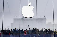 Le titre Apple grimpe contre la tendance lundi à Wall Street après des déclarations de son directeur général, Tim Cook, faisant état de bonnes performances en Chine en juillet et en août. L'action du géant de la technologie, qui a perdu en début de séance jusqu'à 13%, gagnait 2,6% à 108,53 dollars vers 16h15 GMT. /Photo prise le 24 janvier 2015/REUTERS