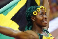 Shelly-Ann Fraser-Pryce, da Jamaica, comemora medalha de ouro na final dos 100 metros, em Pequim, na China, nesta segunda-feira. 24/08/2015 REUTERS/Kai Pfaffenbach