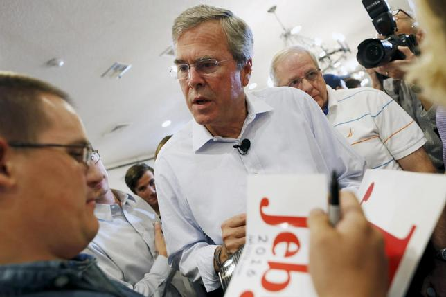 Former Florida Governor and Republican candidate for president Jeb Bush greets supporters at a VFW town hall event in Merrimack, New Hampshire, August 19, 2015.  REUTERS/Dominick Reuter