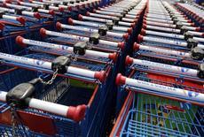 Carrefour, qui est entré en négociations exclusives avec Altarea Cogedim pour lui racheter le site de ventes en ligne Rue du Commerce, à suivre mardi à la Bourse de Paris. /Photo d'archives/REUTERS/Régis Duvignau