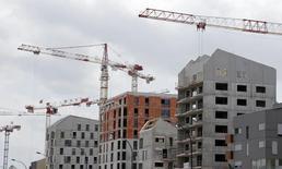 Les ventes de logements neufs en France ont progressé de 21,8% au deuxième trimestre par rapport à la même période de 2014, une hausse qui a davantage concerné les logements collectifs (+23,4%) que les maisons individuelles (+6,0%). /Photo prise le 2 juillet 2015/REUTERS/Régis Duvignau