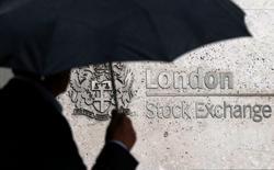 Les principales Bourses européennes ont ouvert mardi dans le vert, rebondissant au lendemain d'une forte chute alimentée par les inquiétudes concernant l'impact du ralentissement de l'économie chinoise sur la croissance mondiale.  Une dizaine de minutes après l'ouverture, le CAC 40 avance de 1,55% à Paris, le DAX progresse de 1,52% à Francfort et le FTSE gagne 1,39% à Londres. /Photo prise le 24 août 2015/REUTERS/Suzanne Plunkett