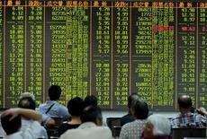 Maison de courtage à Hangzhou, en Chine. Les marchés chinois ont encore chuté mardi de plus de 7% et clôturé au plus bas depuis décembre dernier, la vague de panique s'accélérant après que l'indice composite de la Bourse de Shanghai a enfoncé le support des 3.000 points. /Photo prise le 25 août 2015/REUTERS/Stringer
