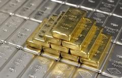Слитки золота и серебра на заводе 'Oegussa' в Вене. 26 августа 2011 года. Один из крупнейших в России производителей драгметаллов Полиметалл снизил прогноз долларовых затрат на производство в 2015 году из-за обвала курса рубля, сообщила компания во вторник. REUTERS/Lisi Niesner