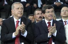 Премьер-министр Турции Тайип Эрдоган и глава МИД Ахмет Давутоглу на внеочередном конгрессе Партии справедливости и развития в Анкаре. 27 августа 2014 года. Президент Турции Тайип Эрдоган поручил премьер-министру Ахмету Давутоглу сформировать временное правительство, с которым страна подойдет к новым выборам, сообщила во вторник администрация главы государства. REUTERS/Rasit Aydogan/Pool