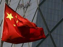 Una bandera de China en un distrito comercial en Beijing, 20 de abril de 2015. El banco central de China recortó las tasas de interés y relajó los requisitos de reserva bancarios por segunda vez en dos meses el martes, reforzando el soporte para una economía alicaída y un mercado bursátil cuyo derrumbe causó una onda expansiva en todo el mundo. REUTERS/Kim Kyung-Hoon