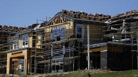Unas casas en construcción en Carlsbad, California, 22 de septiembre de 2014. Los precios de las viviendas unifamiliares en Estados Unidos subieron en junio a un ritmo un poco más veloz que hace un año, lo que sugiere resiliencia en el sector al mantener la Reserva Federal una política de tasas de interés cercanas a cero, mostró un sondeo publicado el martes. REUTERS/Mike Blake