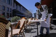 Un mesero limpiando una mesa, en la calle Boylston, en Boston, Massachusetts, 25 de abril de 2013. El sector de servicios de Estados Unidos se expandió en agosto a un ritmo más lento que en julio por una ralentización de los nuevos negocios, mostró un reporte de la industria publicado el martes. REUTERS/Jessica Rinaldi