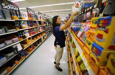 La confiance du consommateur américain a nettement rebondi en août, selon 'étude mensuelle de l'organisation patronale Conference Board. Son indice de confiance a atteint 101,5, son plus haut niveau depuis janvier, après 91,0 en juillet.  /Photo prise le 6 août 2015/REUTERS/Mike Blake