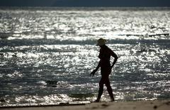 Туристка на пляже острова Пхукет. 31 декабря 2004 года. Крупнейшая атака в истории Таиланда привела к падению турпотока на 17 процентов и снижению доходов индустрии, которой военное правительство страны отводит важную роль в своих попытках восстановления экономики. REUTERS/Bazuki Muhammad