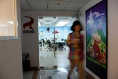 Rovio, l'éditeur finlandais du jeu vidéo à succès Angry Birds, a l'intention de supprimer jusqu'à 260 emplois, soit environ 37% de ses effectifs, expliquant s'attendre à une baisse de ses profits cette année. /Photo d'archives/REUTERS/Aly Song