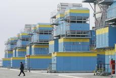 Рабочий на территории газокомпрессорной станции в селе Мрин Черниговской области. 16 декабря 2008 года. Украина закачала в газовые хранилища 14,1 миллиарда кубометров газа, на 1 миллиард меньше, чем в этот период прошлого года, сказал премьер-министр, добавив, что Киев продолжает переговоры о привлечении западных кредитов для закупки топлива. REUTERS/Konstantin Chernichkin