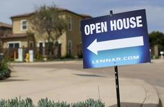 Casas recién construidas por Lennar Corp, fotografiadas en Leucadia, California, 18 de marzo de 2015. El mercado inmobiliario estadounidense probablemente tenga la suficiente fuerza para afrontar un alza en las tasas de interés este año por parte de la Reserva Federal, dado que los precios estables de las propiedades están respaldando las ventas, mostró el miércoles un sondeo de Reuters a economistas. REUTERS/Mike Blake