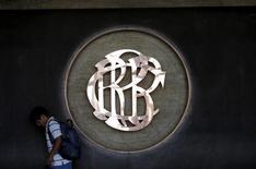 El logo del Banco Central de Perú en un edificio en Lima, abr 7, 2015. El Banco Central de Perú planea poner la próxima semana límites más fuertes a los bancos para restringir las operaciones de contratos a futuro y atenuar la caída de la moneda local, dijo el miércoles el gerente general del organismo, Renzo Rossini.  REUTERS/Mariana Bazo