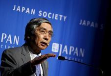 El gobernador del Banco de Japón, Haruhiko Kuroda, habla en la Japan Society, en Nueva York, 26 de agosto de 2015. La desaceleración económica de China no debería perjudicar demasiado a las exportaciones de Japón en los próximos años y la caída de los precios del petróleo no impedirá que el Banco de Japón alcance su meta de inflación, dijo el miércoles el gobernador del banco central, Haruhiko Kuroda.  REUTERS/Mike Segar