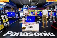 Un hombre junto a un logo de Panasonic en Tokio el 10 de junio de 2015. El gigante de electrónica Panasonic dijo el jueves que detendrá la fabricación de baterías de iones de litio en su fábrica de Pekín este mes, y reducirá 1.300 empleos como parte de los esfuerzos de la compañía por centrarse en productos más rentables como baterías para automóviles eléctricos. REUTERS/Thomas Peter
