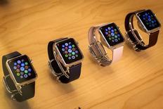 Selon une étude du cabinet IDC, Fitbit, le leader du marché des bracelets connectés de fitness, est en passe d'être rattrapé par l'Apple Watch du groupe à la pomme qui s'est écoulé à 3,6 millions d'exemplaires au deuxième trimestre, contre 4,4 millions pour son concurrent. /Photo prise le 21 juillet 2015/REUTERS/Mike Segar