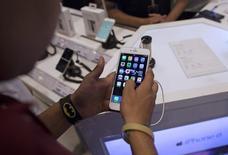 Apple a adressé jeudi une invitation à la presse pour un événement prévu le 9 septembre à San Francisco, qui pourrait lever le voile sur de nouveaux iPhone et peut-être sur de nouvelles versions de son boîtier multimédia AppleTV et de sa tablette iPad. /Photo prise le 23 juillet 2015/REUTERS/Danish Siddiqui
