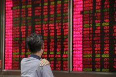 Инвестор в брокерской конторе в Пекине. 27 августа 2015 года. Азиатские акции продолжили мировое ралли в пятницу, так как сильные экономические данные США успокоили инвесторов, при этом китайские фондовые индексы взлетели второй день подряд после неустойчивого начала недели. REUTERS/Jason Lee