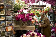 Una mujer en un mercado de flores en Ámsterdam en una fotografía de archivo del 26 de abril de 2013. La confianza en la economía de la zona euro escaló a un nuevo máximo de cuatro años en agosto por una mejoría del estado de ánimo en todos los sectores, excepto en la industria, con un especial repunte del índice en Francia y España. REUTERS/Cris Toala Olivares
