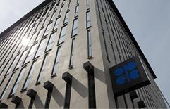 El logo de la Opep en su sede en Viena, Austria, 21 de agosto de 2015. Un segundo desplome del petróleo en 2015 forzó a los miembros árabes de la OPEP a recortar sus expectativas de precios para este año, mostrando que están preparados para tolerar un crudo más barato por más tiempo para defender su participación de mercado y contener la producción de rivales. REUTERS/Heinz-Peter Bader