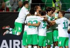 Jogadores do Wolfsburg comemoram gol marcado contra o Schalke 04 pelo Campeonato Alemão. 28/08/2015 REUTERS/Ina Fassbender