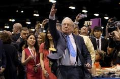 Berkshire Hathaway CEO Warren Buffett participates in a newspaper throwing contest prior to the Berkshire annual meeting in Omaha, Nebraska May 2, 2015.  REUTERS/Rick Wilking