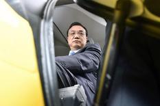 """En la imagen de archivo, el Primer Ministro de China, Li Keqiang, se sienta en una cabina duranta una visita a la planta de esamblaje del Airbus A350, en Colomiers cerca de Toulouse, Francia, el 2 de julio de 2015. La economía china está creciendo a un ritmo """"razonable"""" y, pese a la creciente presión, el gobierno puede manejar bien los riesgos que enfrenta el país, dijo el primer ministro chino Li Keqiang.  REUTERS/Pascal Pavani/Pool/Files"""