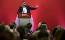 El ex primer ministro griego Tsipras habla durante una reunión con miembros de su partido Syriza en Atenas. 29 de agosto, 2015. El izquierdista partido Syriza del ex primer ministro Alexis Tsipras dijo el domingo que discutirá con los acreedores de Grecia los aspectos no resueltos del rescate al país, pero implementará las reformas impopulares a las que ya accedió. REUTERS/Stoyan Nenov