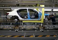 Le secteur automobile européen (-1,08%) accuse la plus forte baisse sectorielle à mi-séance en Europe alors que la Chine est le premier marché automobile du monde. Alors que le CAC 40 abandonne 0,77% vers 12h20,  Renault recule de 2,53%, Valeo de 1,67% et PSA de 1,22%. /Photo prise le 31 août 2015/REUTERS/Kim Kyung-Hoon