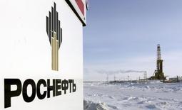 Rosneft a vu son bénéfice net plonger de 22% à 134 milliards de roubles (1,8 milliard d'euros) au deuxième trimestre, sous l'effet de la chute des cours du pétrole.  /Photo prise le 25 mars 2015/REUTERS/Sergei Karpukhin
