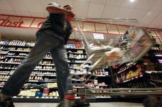 """Un cliente empuja su carro de compras en el supermercado Nah und Gut (""""Cercano y Bueno""""), en el distrito de Wilmersdorf, en Berlín, 13 de octubre de 2011. Las ventas minoristas alemanas subieron en julio a su ritmo intermensual más acelerado en nueve meses, reforzando las expectativas de que el consumo privado apoyará este año el crecimiento en la principal economía de Europa. REUTERS/Fabrizio Bensch"""
