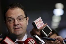El ministro de Planificación de Brasil, Nelson Barbosa, en una rueda de prensa en Brasilia, ago 25 2015. El Gobierno brasileño no podrá cumplir con su objetivo de superávit presupuestario primario para el próximo año y en cambio tendrá, probablemente, un déficit de 30.500 millones de reales (8.410 millones de dólares), dijo el lunes el ministro de Planificación, Nelson Barbosa.  REUTERS/Ueslei Marcelino