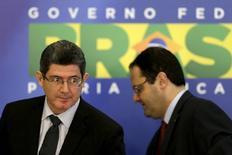 Ministro da Fazenda, Joaquim Levy (à esquerda), e o ministro do Planejamento, Nelson Barbosa, durante entrevista coletiva sobre o orçamento de 2016, em Brasília, nesta segunda-feira. 31/08/2015 REUTERS/Ueslei Marcelino
