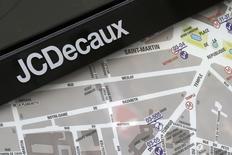 JCDecaux, qui a annoncé l'acquisition de 70% du groupe péruvien Eye Catcher Media, spécialisé dans la publicité dans les transports et les centres commerciaux, à suivre mardi à la Bourse de Paris. /Photo d'archives/REUTERS/Jacky Naegelen