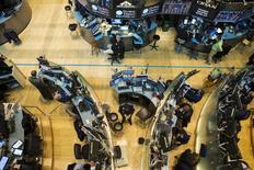 Трейдеры на фондовой бирже в Нью-Йорке. 28 августа 2015 года. Уолл-стрит завершила тоги понедельника спадом, а август стал для нее худшим месяцем с 2012 года, после того, как высокопоставленный представитель ФРС подтвердил опасения инвесторов о том, что Центробанк повысит ставку в сентябре. REUTERS/Lucas Jackson