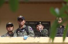 Тайские полицейские исследуют место, где был задержан подозреваемый во взрыве в Бангкоке. 29 августа 2015 года. Полиция Таиланда арестовала еще одного иностранца, подозреваемого в причастности ко взрыву в Бангкоке, сообщил во вторник премьер-министр Прают Чан-Оча. REUTERS/Chaiwat Subprasom