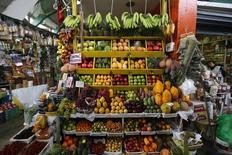 Frutas y vegetales a la venta en el mercado del distrito de Surquillo en Lima, 25 de febrero de 2015. Perú registró una inflación de 0,38 por ciento en agosto, mayor a lo esperado por analistas, impulsada por un alza en las tarifas eléctricas y en el costo del alquiler de viviendas ante una caída de la moneda local, dijo el martes Gobierno. REUTERS/ Mariana Bazo