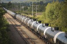 Неиспользуемые нефтяные цистерны на путях Western New York & Pennsylvania Railroad близ Хинсдейла, Нью-Йорк. 24 августа 2015 года. Цены на нефть снижаются после сообщения о резком сокращении производственной активности в Китае. REUTERS/Lindsay DeDario