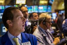 Operadores trabajando en la Bolsa de Nueva York, 27 de agosto de 2015. Wall Street abrió a la baja el martes, luego de que datos manufactureros débiles en China intensificaron los temores sobre una desaceleración en la segunda mayor economía del mundo. REUTERS/Lucas Jackson