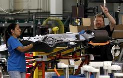 Trabajadores en la planta de ensamblaje de General Motors en Arlington, Texas, 9 de junio de 2015. El ritmo de crecimiento en el sector manufacturero de Estados Unidos se desaceleró en agosto a su ritmo más débil en más de dos años, mostró un reporte de la industria publicado el martes. REUTERS/Mike Stone