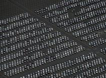 L'industrie automobile américaine a résisté au mois d'août aux turbulences des marchés financiers et reste en lice pour réaliser ses meilleures ventes annuelles depuis 2011. Les premiers chiffres des constructeurs indiquent des ventes autour de 17,5 millions de véhicules en rythme annualisé, soit davantage que le chiffre de 17,3 millions d'unités prédit par les 47 économistes interrogés par Thomson Reuters. /Photo d'archives/REUTERS/Mike Blake