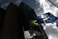 Una bandera de Brasil, es vista afuera de la sede del Banco Central, en Brasilia, 15 de enero de 2014. Brasil probablemente detendrá el miércoles uno de los ciclos más agresivos de alzas de tasas de interés en el mundo, ahorrando más sufrimiento a una economía en contracción pese al temor de que una severa crisis fiscal podría mantener la inflación alta. REUTERS/Ueslei Marcelino