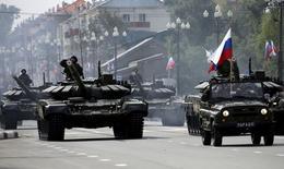 Танки Т-72 участвуют в параде в Южно-Сахалинске. 2 сентября 2015 года. Россия в среду провела военный парад на Сахалине, впервые масштабно отметив победу во Второй мировой войне на тихоокеанских территориях, долгий спор вокруг судьбы которых с Японией усилился в последнее время. REUTERS/Sergei Krasnoukhov